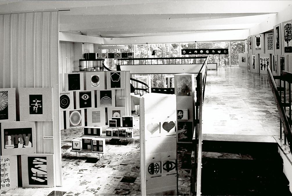 Le musée ouvre sur le jardin. Photo des lauréats de la 1ere Biennale en 1968
